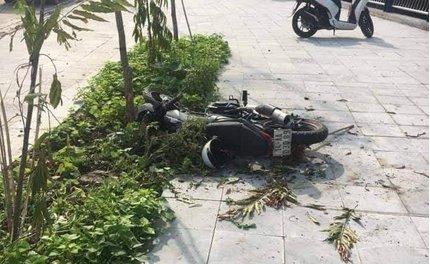 Nam sinh lớp 10 phóng xe máy tốc độ cao lao lên vỉa hè tử vong