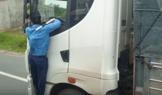 CLIP: Thanh tra giao thông 'đu' trên cabin, xe tải vẫn phóng vun vút
