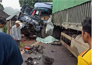 Sơn La: Tài xế xe tải chết trong cabin sau cú đối đầu cực mạnh với xe đầu kéo