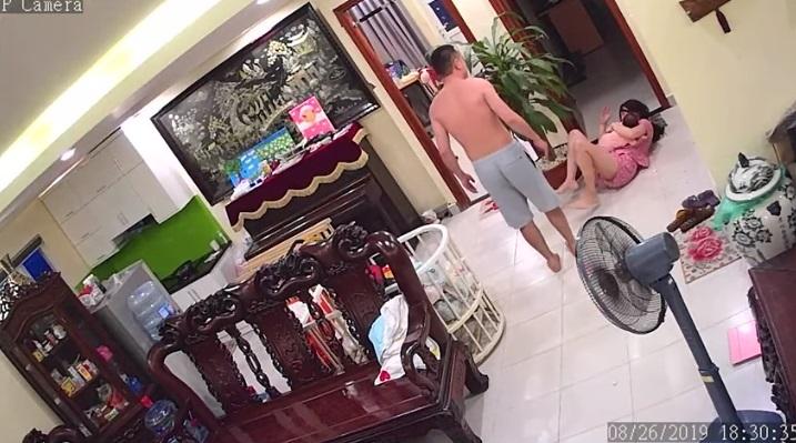 Vợ ôm con 2 tháng tuổi bị chồng đánh dã man ở Hà Nội