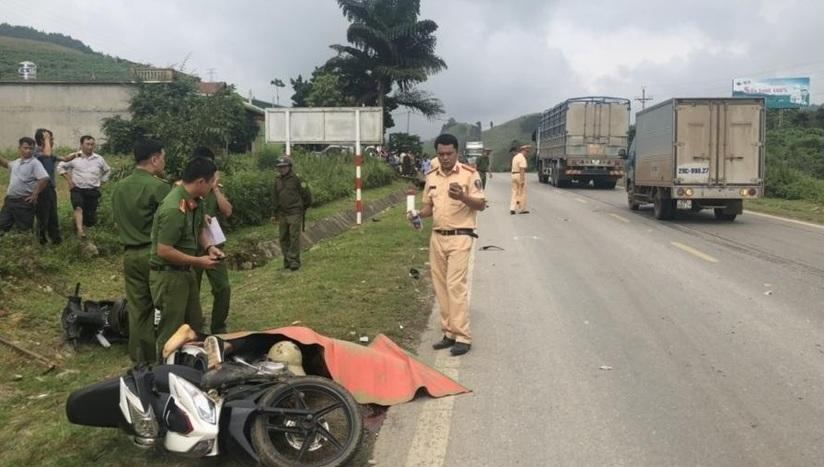 Xe tải va chạm liên tiếp 2 xe máy, 2 người thương vong