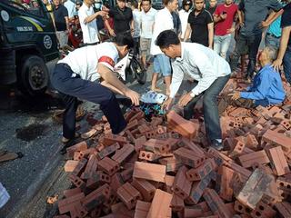Xe tải va chạm xe máy, 3 tấn gạch đổ ra đường đè chết người phụ nữ