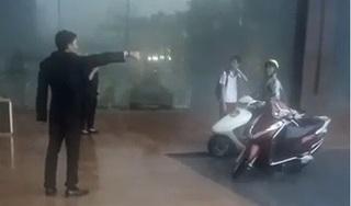 """Bảo vệ khách sạn đuổi người trú mưa ở Hà Nội: """"Chỗ đó là đường của khách VIP đang đến"""""""