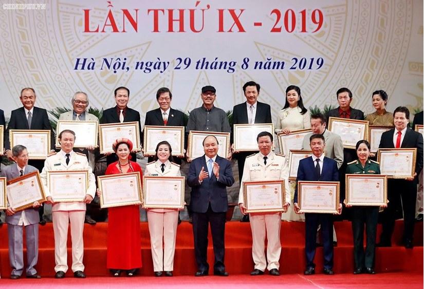 Nghệ sĩ Việt hân hoan nhận danh hiệu NSND, NSƯT