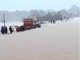 Ô tô mắc kẹt vì cố vượt đường ngập lụt, 60 công nhân được phen hú vía