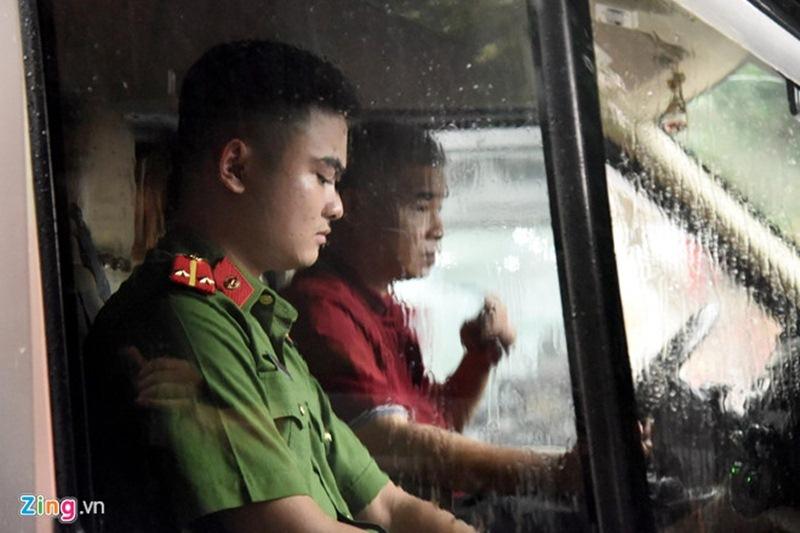 Ông Doãn Quý Phiến điều khiển ôtô đến trước cổng trường Gateway. Ảnh: Hải Nam.