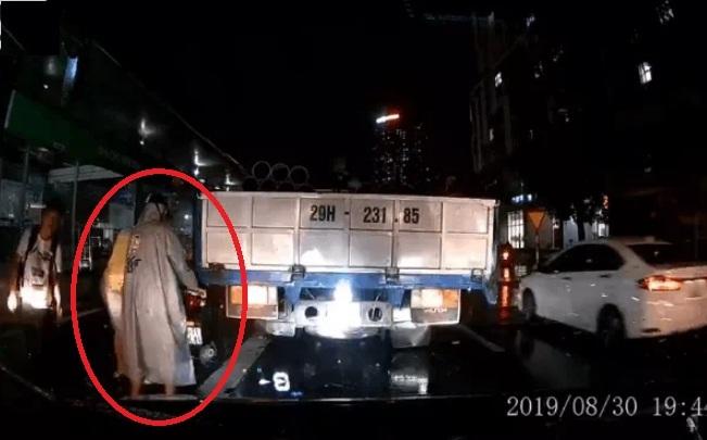 Clip: Thanh niên cố lách qua khe hẹp, xe máy bị xe tải hôn đuôi