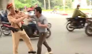 Vi phạm bị lập biên bản, thanh niên cầm mũ bảo hiểm đánh CSGT