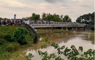 Taxi chở 3 người lao xuống sông giữa đêm, 2 người mất tích trong dòng lũ