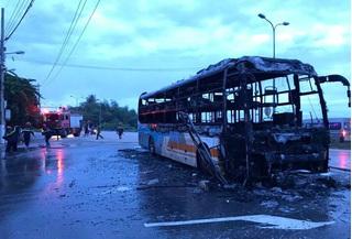 Ô tô giường nằm bốc cháy trên đường, thiệt hại 2 tỉ đồng