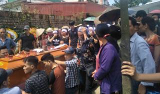 Dân làng khóc nghẹn đưa tiễn gia đình bị anh trai truy sát ở Đan Phượng