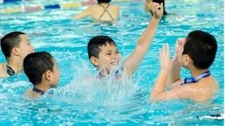Nhỏ nước muối sinh lý có khỏi ù, hết viêm nhiễm sau khi tắm, bơi lội?