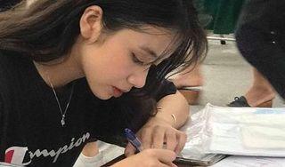 Nữ sinh gây bão mạng với bức ảnh 'đẹp tựa nữ thần' khi làm thủ tục nhập học