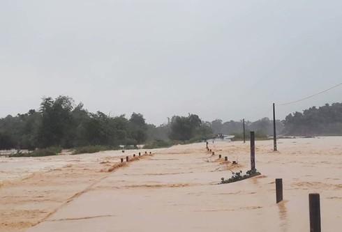 Mưa lớn kéo dài dồn dập, Hà Tĩnh xả lũ khiến nhiều vùng hạ du ngập trong biển nước