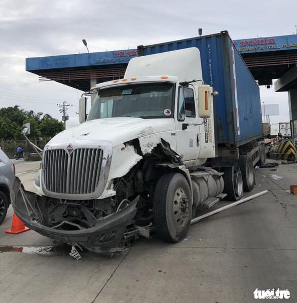 Tài xế container mất lái khiến xe tông nát cabin trạm thu phí cao tốc Trung Lương