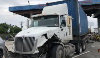 Tin tức TNGT ngày 4/9/2019: Container tông nát cabin trạm thu phí