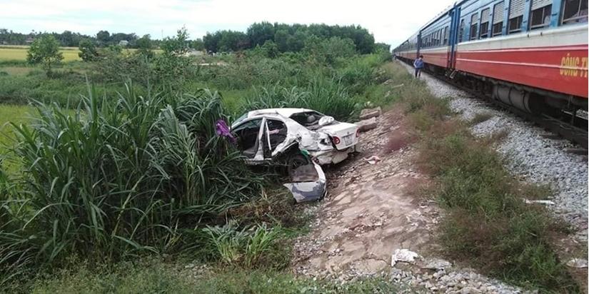 Tàu hỏa tông văng ô tô cố băng qua đường sắt, tài xế nguy kịch