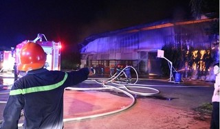 Công ty nệm mút cháy ngùn ngụt, kho xưởng hàng nghìn mét bị thiêu rụi