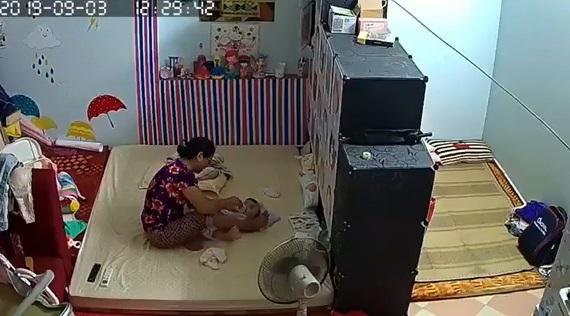 Bé vài tháng tuổi bị giúp việc đánh tới tấp vì không chịu bú sữa2