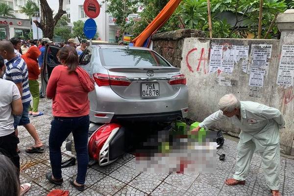 Nữ tài xế nhầm chân ga, ô tô lao 'như bay' lên vỉa hè tông 3 người cấp cứu
