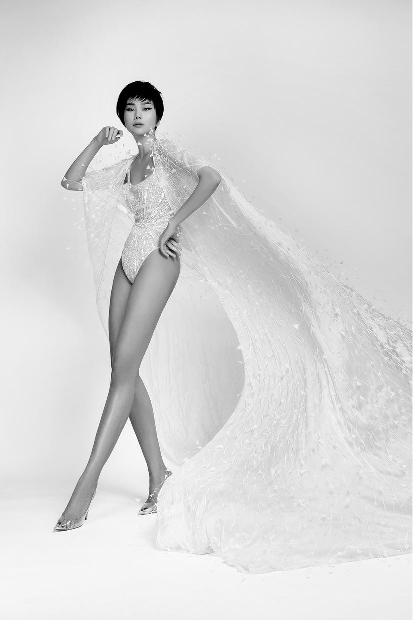 Thanh Hằng khoe đôi chân 1m2 trong BST của Công Trí tại New York Fashion Week