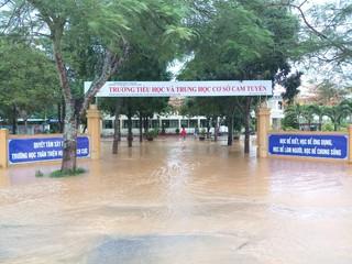 Hàng trăm trường học miền Trung phải hoãn khai giảng vì mưa lũ