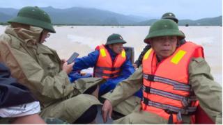 Thuyền chở lãnh đạo huyện đi thị sát vùng lũ bị lật trên sông Gianh