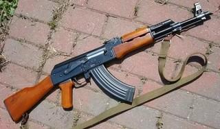 Bắt hai đối tượng dùng súng AK mua ở nước ngoài để cướp taxi