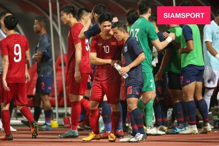 'Messi Việt' trò chuyện, nắm chặt tay 'Messi Thái Lan' khiến đồng đội trầm trồ