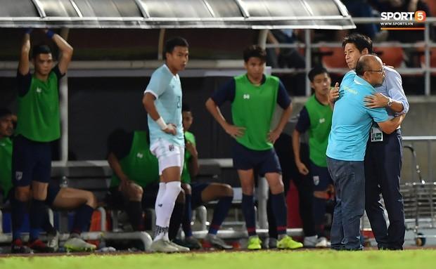 'Messi Thái' nắm chặt tay 'Messi Việt' sau đại chiến khiến đồng đội trầm trồ