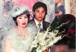 Bật cười với style trang điểm ảnh cưới 'da trắng má hồng' của bố mẹ ngày xưa