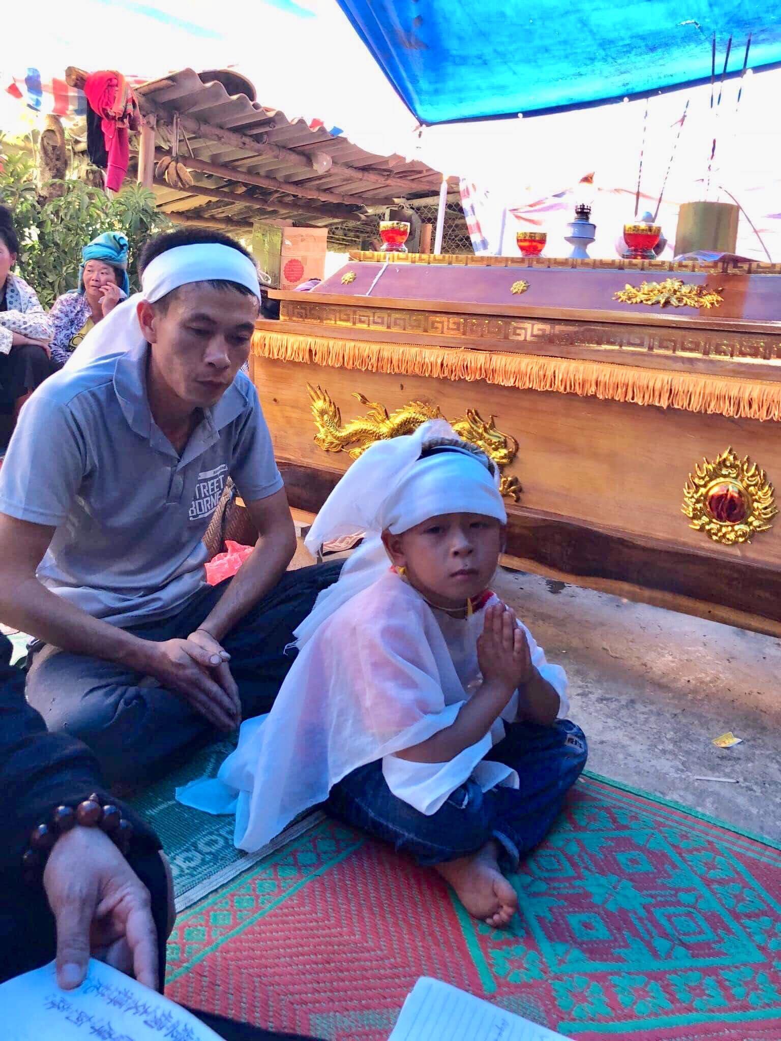 Mẹ con sản phụ chết bất thường ở Sơn La: Bé trai 6 tuổi ngơ ngác bên linh cữu mẹ