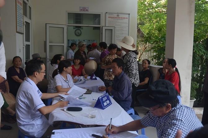 Khám sức khỏe cho người dân sống gần đám cháy Rạng Đông: 53 người được chỉ định vào viện sau   2