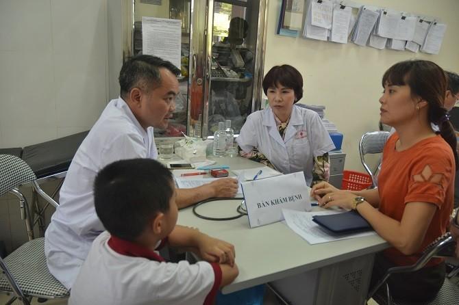 Khám sức khỏe cho người dân sống gần đám cháy Rạng Đông: 53 người được chỉ định vào viện sau