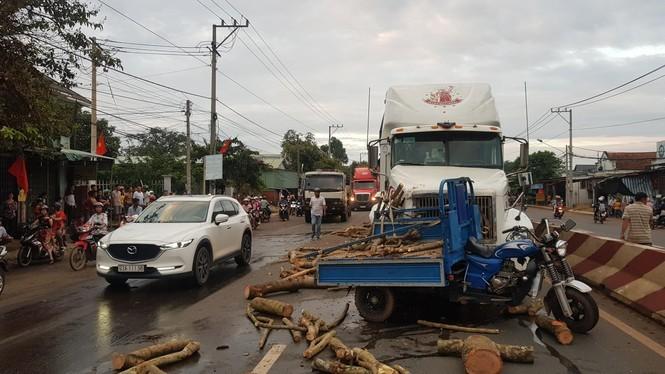 Người điều khiển xe ba gác chết thảm sau cú tạt đầu xe đầu kéo