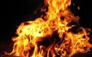 Nghi ghen tuông, chồng tưới xăng lên người vợ bầu châm lửa đốt