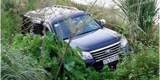 Xe 7 chỗ đâm cột mốc rồi lao xuống mương, tài xế chết bên vô lăng