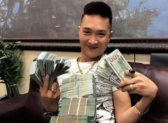 Huấn Hoa Hồng - người mới bị bắt đi cai nghiện nổi tiếng MXH