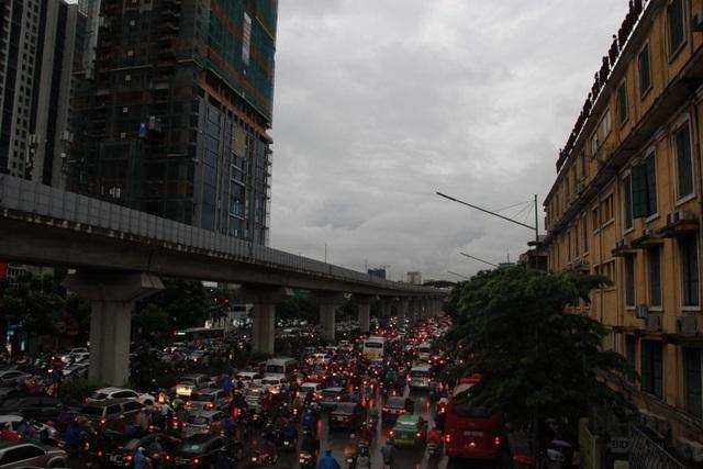 Khung cảnh phố biến thành sông, tắc đường dài cả cây số sáng sớm ở Thủ đô