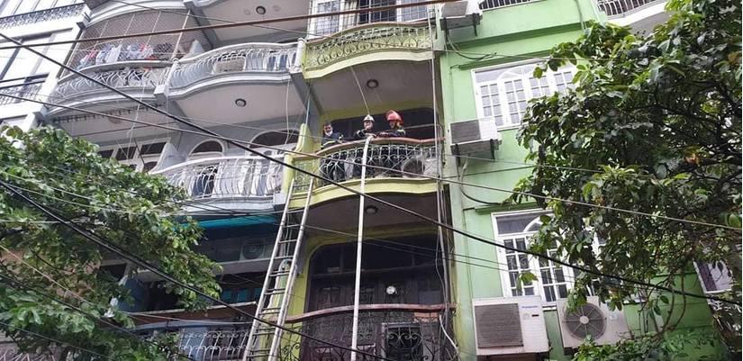 Nghẹt thở giải cứu thanh niên ngạt khí trong đám cháy ngôi nhà 5 tầng