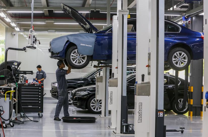 Chuyên gia hơn 20 năm kinh nghiệm với BMW giúp khách hàng chăm sóc xe3