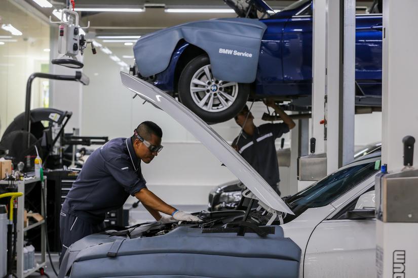 Chuyên gia hơn 20 năm kinh nghiệm với BMW giúp khách hàng chăm sóc xe2