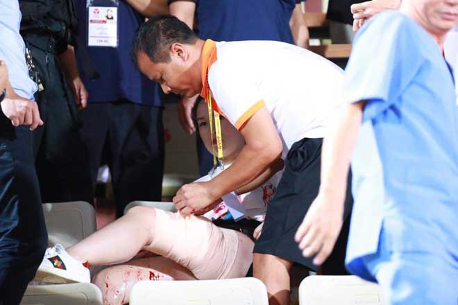 CĐV Nam Định tung pháo sáng trên Hàng Đẫy, một khán giả nhập viện