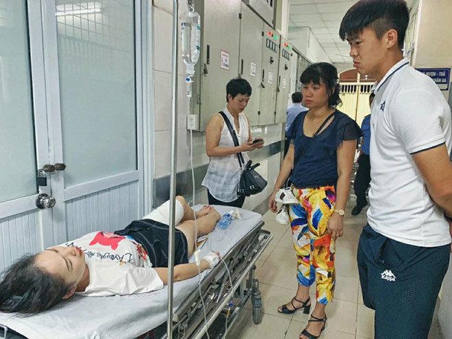 Duy Mạnh tức tốc tới bệnh viện thăm nữ CĐV bị thương do pháo sáng từ CĐV Nam Định