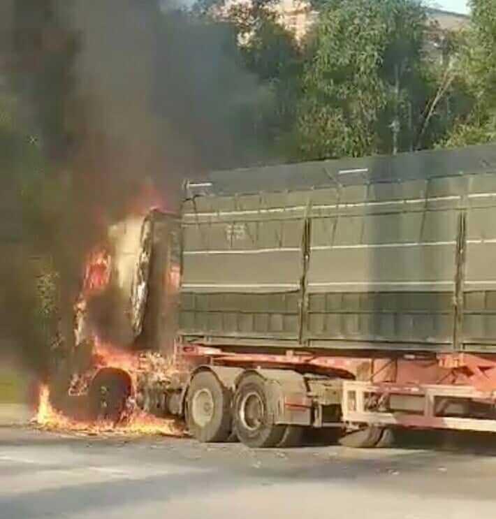 Đầu container và xe máy cháy rụi sau va chạm