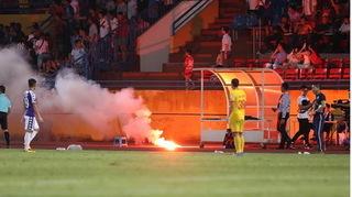 CLB Nam Định nhận án phạt nặng từ BTC V.League vì vụ pháo sáng