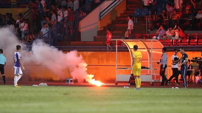 Hà Nội FC và Nam Định nhận án phạt nặng từ BTC V.League vì vụ pháo sáng