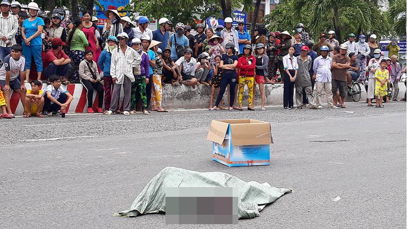 Hãi hùng bao tải chứa thai nhi rơi xuống đường bị xe máy cán qua