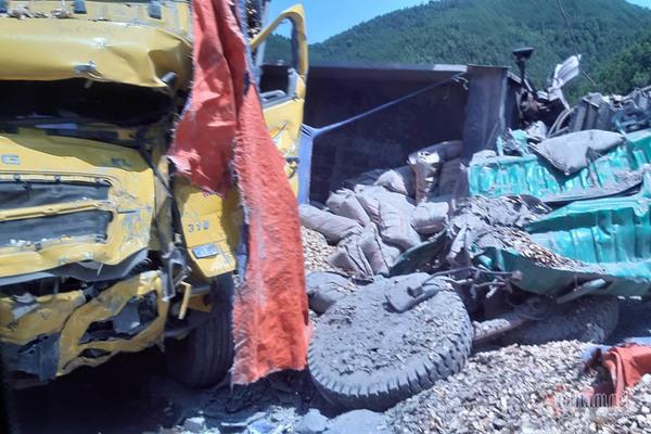 Quảng Ninh: Hai xe tải nát bét sau khi đâm trực diện, tài xế nguy kịch 3