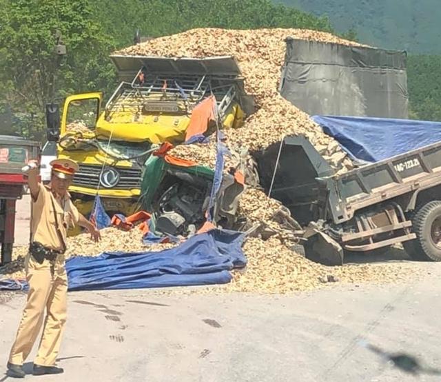 Quảng Ninh: Hai xe tải nát bét sau khi đâm trực diện, tài xế nguy kịch 4